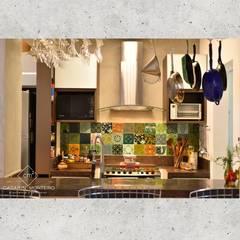 Espaço Gourmet: Armários e bancadas de cozinha  por CASARIN MONTEIRO ARQUITETURA & INTERIORES