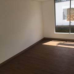Casa El Retiro: Estudios y despachos de estilo moderno por Conideal