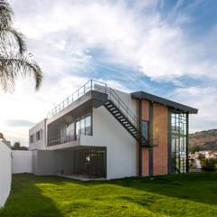 Casa AW: Casas unifamiliares de estilo  por aaestudio