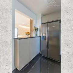 Apartamento F|G: Cozinhas embutidas  por CASARIN MONTEIRO ARQUITETURA & INTERIORES