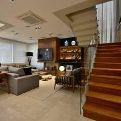 Casa de praia: Escadas  por Stúdio Márcio Verza