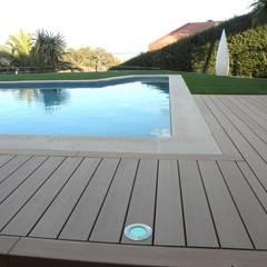 Comercialización de madera sustentable para exteriores.: Albercas de jardín de estilo  por Kiinch, Clásico Compuestos de madera y plástico