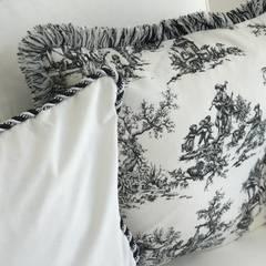 handgemachte Kissen: landhausstil Wohnzimmer von Select Living Interiors