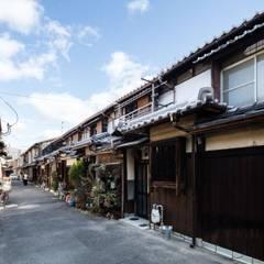 Nhà có sân thượng by 山本嘉寛建築設計事務所 YYAA