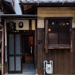 Rowhouse on Showa-koji St. من 山本嘉寛建築設計事務所 YYAA أسيوي خشب Wood effect
