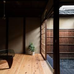 昭和小路の長屋: 山本嘉寛建築設計事務所 YYAAが手掛けた枯山水です。