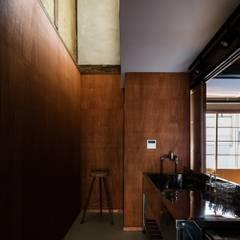 昭和小路の長屋: 山本嘉寛建築設計事務所 YYAAが手掛けたキッチン収納です。,