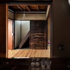 昭和小路の長屋 ラスティックデザインの ダイニング の 山本嘉寛建築設計事務所 YYAA ラスティック 木 木目調
