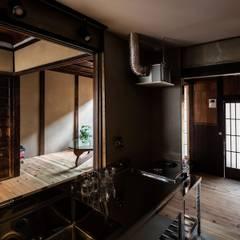 昭和小路の長屋: 山本嘉寛建築設計事務所 YYAAが手掛けたシステムキッチンです。