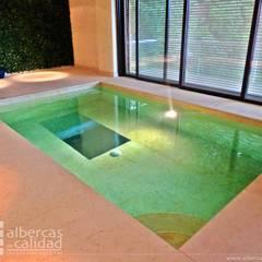 Alberca con nado contra corriente, espejo para mejorar brazada: Hoteles de estilo  por Albercas de Calidad S.A. de C.v