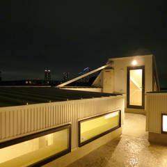 3階へ光を落とす窓をもった屋上スペース: Lods一級建築士事務所が手掛けた屋根です。