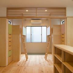 ベッドと机作り込んだ子供部屋: 株式会社 ギルド・デザイン一級建築士事務所が手掛けた子供部屋です。