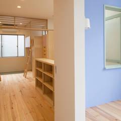 主寝室からファミリールーム越しに子供室を見る: 株式会社 ギルド・デザイン一級建築士事務所が手掛けた寝室です。