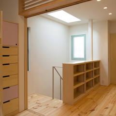 ファミリールームと階段スペース: 株式会社 ギルド・デザイン一級建築士事務所が手掛けた女の子部屋です。
