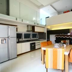 Living Dining Room: Ruang Makan oleh Exxo interior,