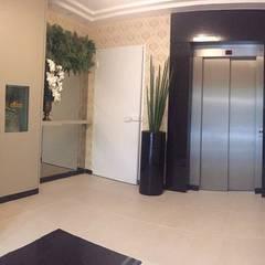 HALL DE ENTRADA: Corredores e halls de entrada  por JC ARQUITETURA E INTERIORES