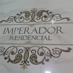 DETALHES: Corredores e halls de entrada  por JC ARQUITETURA E INTERIORES