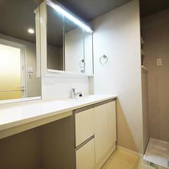 キッチン裏に隠れたパントリーがある家: セイワビルマスター株式会社が手掛けた浴室です。