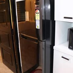 Tủ bếp theo Enrich Interiors & Decors,