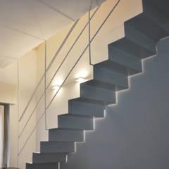 Sottotetto - riuso creativo: Scale in stile  di atelier architettura