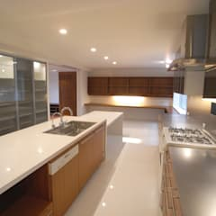 HIROO FLAT 裏手の広大な森を借景とした住まい: JWA,Jun Watanabe & Associatesが手掛けたキッチンです。