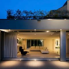 高輪台 建築家志望だった施主と協働して理想の住まいづくり House in Urban Setting 01: JWA,Jun Watanabe & Associatesが手掛けたテラス・ベランダです。