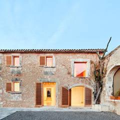 Son Amengual Puig: Villas de estilo  de PONT consultori d'arquitectura