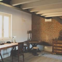 Habitaciones de estilo rural por atelier architettura