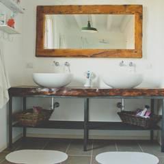 Casa unifamiliare in campagna: Bagno in stile  di atelier architettura