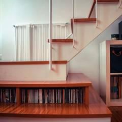 Una casa familiare: Scale in stile  di atelier architettura