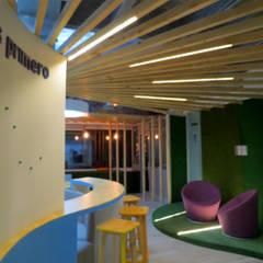 LUZ Y TRABAJO: Oficinas y Tiendas de estilo  por Aluzina