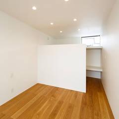 haus-flow 寝室: 一級建築士事務所hausが手掛けた寝室です。