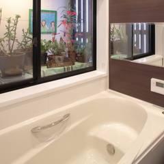 ときどき電車の見える家: 設計事務所アーキプレイスが手掛けた浴室です。