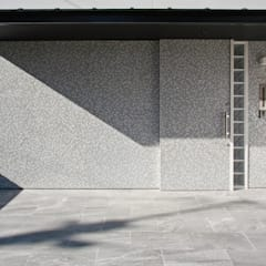 ひかりを組み込む家: 設計事務所アーキプレイスが手掛けた引き戸です。,モダン ガラス