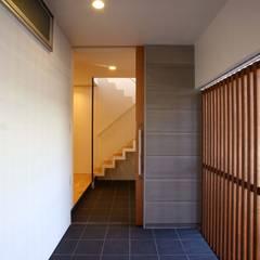 Puertas corredizas de estilo  por 設計事務所アーキプレイス