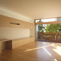 風が吹き抜ける家: 設計事務所アーキプレイスが手掛けたリビングです。