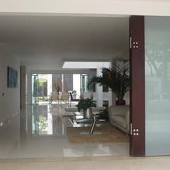 Casa Vega aruachan: Salas de estilo minimalista por mínimal arquitectura