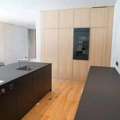 Ein Traum aus Beton und Eiche: minimalistische Küche von Helm Design by Helm Einrichtung GmbH