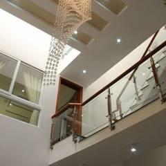 Thiết Kế Nhà Phố 3 Tầng Đẹp 5x20m Có Hầm Gara Rộng Rãi:  Cầu thang by Công ty TNHH Xây Dựng TM – DV Song Phát