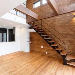 木の温もり漂う空間: LobeSquareが手掛けた階段です。