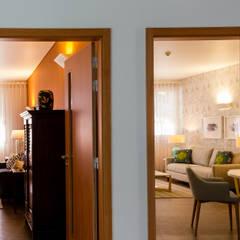 Residencia de estudantes: Corredores e halls de entrada  por GF Designers de Interiores
