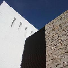 SALA POLIVALENTE: Ingresso & Corridoio in stile  di STUDIOTALENT srl