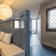 Elio e Selene Restaurant: Pavimento in stile  di architetto Lorella Casola