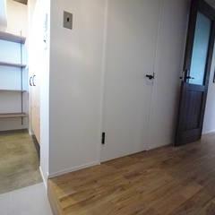 ヴィンテージテイストで上質な空間: セイワビルマスター株式会社が手掛けた廊下 & 玄関です。