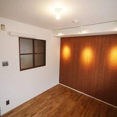 ヴィンテージテイストで上質な空間: セイワビルマスター株式会社が手掛けた寝室です。