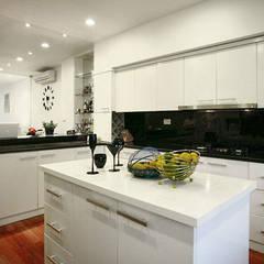 Đã Mắt Ngắm Mẫu Thiết Kế Nhà Phố Tuyệt Đẹp Trên Mảnh Đất 100m2:  Tủ bếp by Công ty TNHH Xây Dựng TM – DV Song Phát