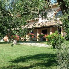 Jardines en la fachada de estilo  por Morelli & Ruggeri Architetti