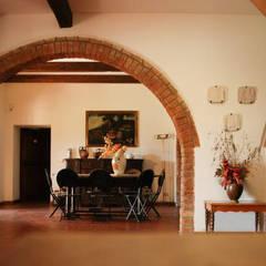 .: Sala da pranzo in stile  di Morelli & Ruggeri Architetti