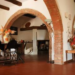 """Villa """"La Cerreta"""": Sala da pranzo in stile  di Morelli & Ruggeri Architetti"""