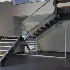 Escada interior com guarda em vidro: Escadas  por Jolucor
